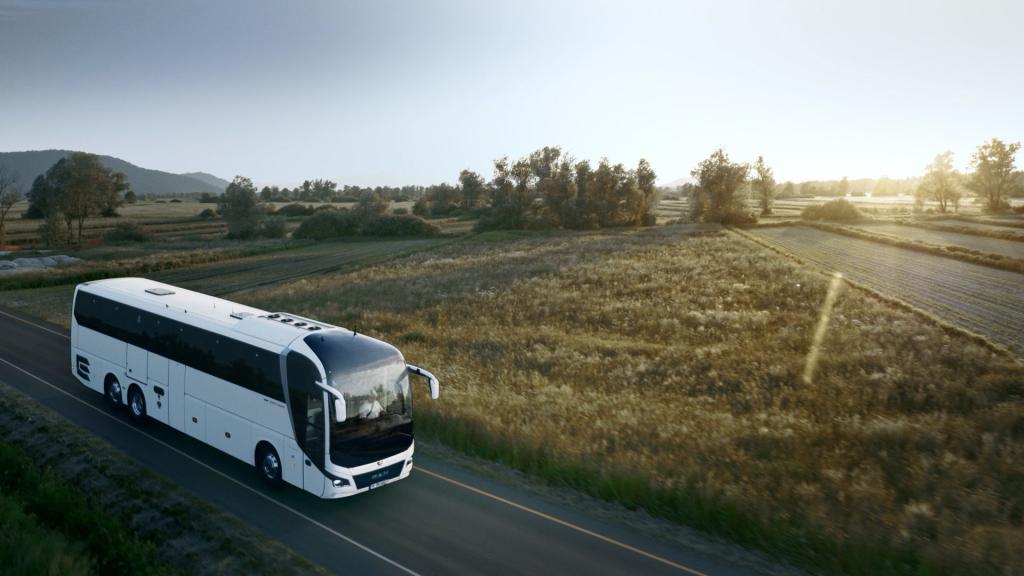 MAN Lion's Coach Reisebus auf dem Flugplatz Jesenwang bei der Filmproduktion der just GmbH für den Imagefilm der MAN Bus & Truck AG