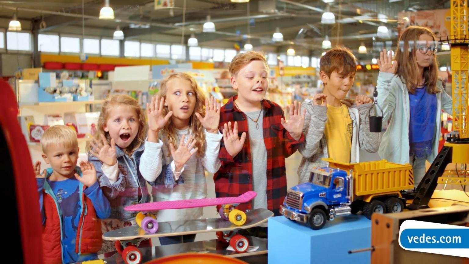 Kinder drücken sich die Nase platt bei der Filmproduktion der just GmbH für den TV-Spot der VEDES Spielwaren.