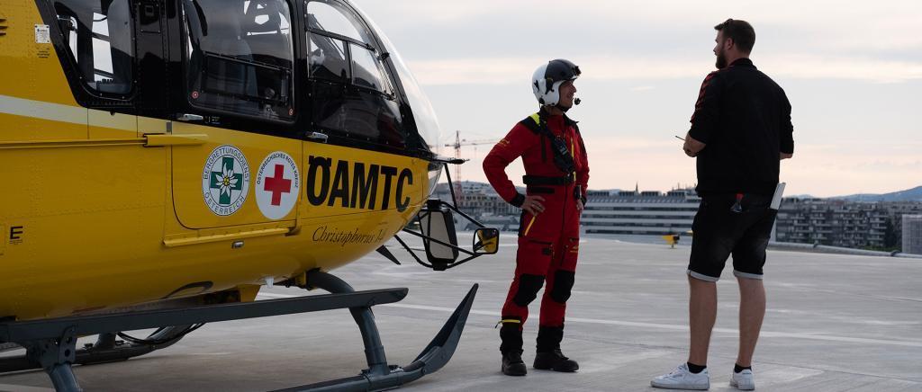 Kevin Tuleweit, Producer bei der just GmbH mit ÖAMTC Hubschrauberpilot bei Filmproduktion für ÖAMTC TV-Spot Nothilfe.