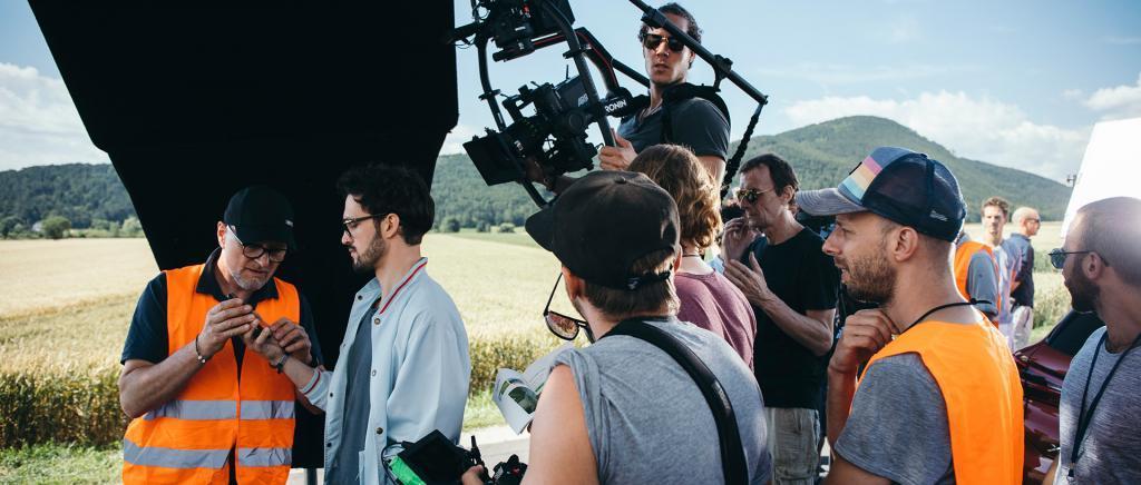 Christian Geisler, Geschäftsführer, mit Darsteller und Filmcrew bei Filmproduktion der just GmbH für ÖAMTC TV-Spot Nothilfe.